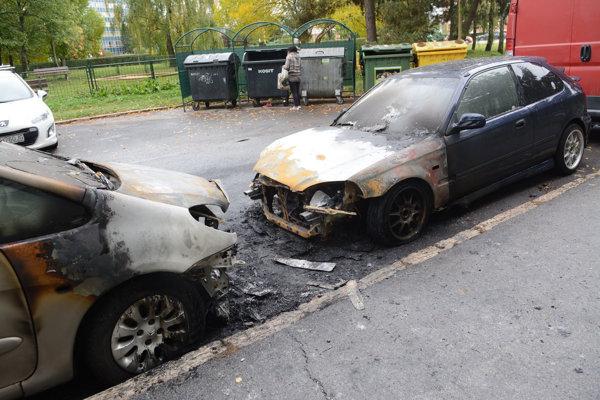 Polícia momentálne vyšetruje, prečo tieto autá zhoreli.