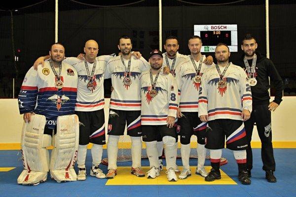 Hokejbalisti s medailami.
