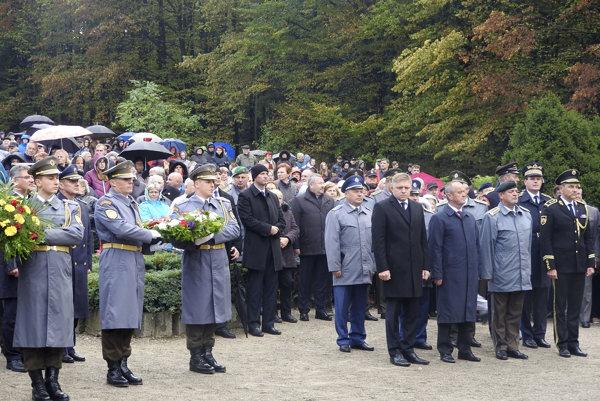 Na snímke štvrtý sprava premiér SR Robert Fico, treí sprava minister obrany SR Peter Gajdoš a druhý sprava náčelník Generálneho štábu Ozbrojených síl SR generál Milan Maxim.