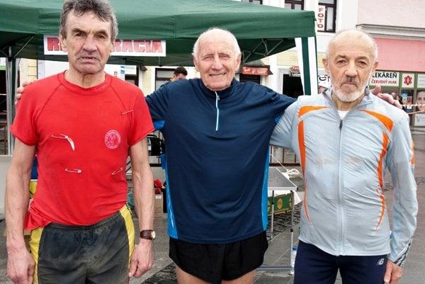 Úspešní zvolenskí maratónci. Zľava Štefan Polc, Milan Krajči a Ján Hazucha