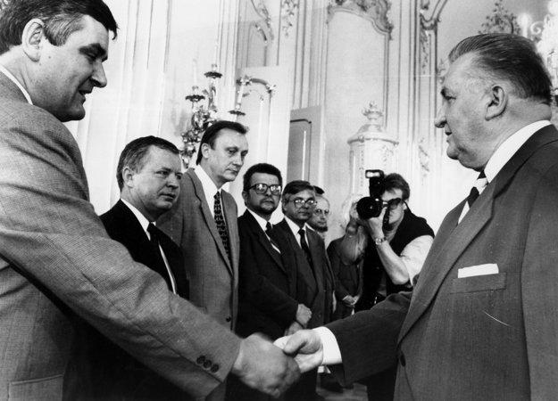 Prijatie predsedov politických strán uprezidenta. Michal Kováč si podáva ruku spredsedom SNS Jánom Slotom, vpravo od neho stojí Jozef Migaš zSDĽ.