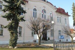 Obecný úrad plánuje investovať do opravy tepelných rozvodov v miestnej škole.