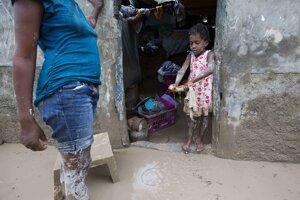Množstvo príbytkov zaplavilo husté blato a nánosy špiny, ktoré do mesta priniesla búrka.
