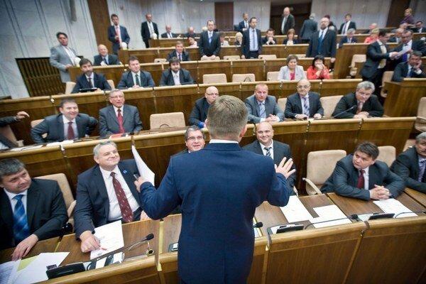 Premiér predstavil kompromis: viac funkcií si poslanci môžu nechať, ale za menej peňazí.