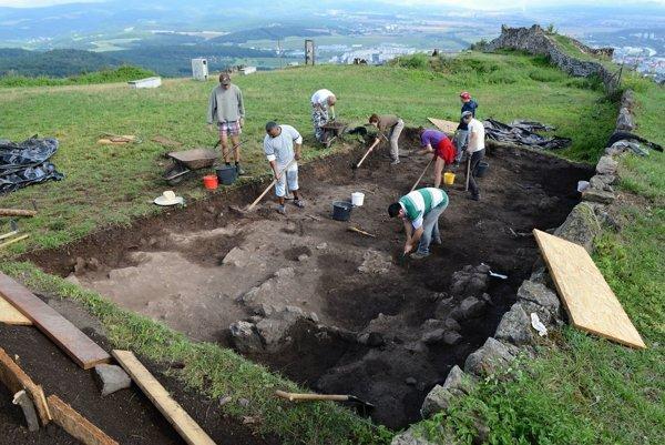 Pri začisťovaní vrstvy zo stredoveku v sonde na Hornom hrade.