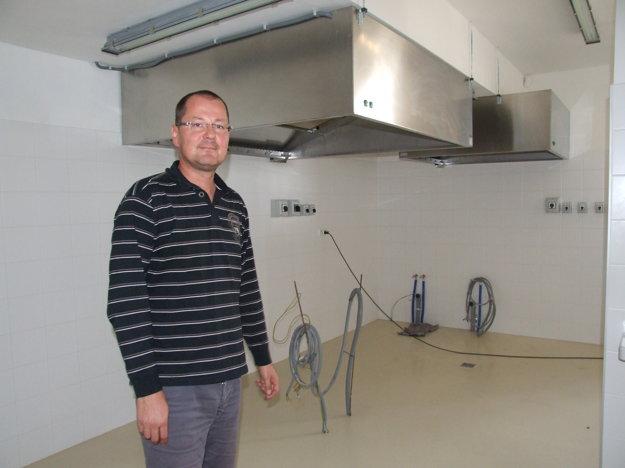 Biskupský ekonóm Martin Štofko v kuchyni, v ktorej chýba technológia.