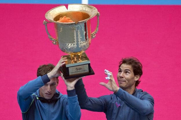 Rafael Nadal (vpravo) uspel vo štvorhre v Pekingu.