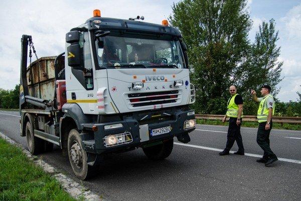 Dobrovoľný policajt Patrik Linek slúži s tým uniformovaným, napríklad kontrolujú autá.