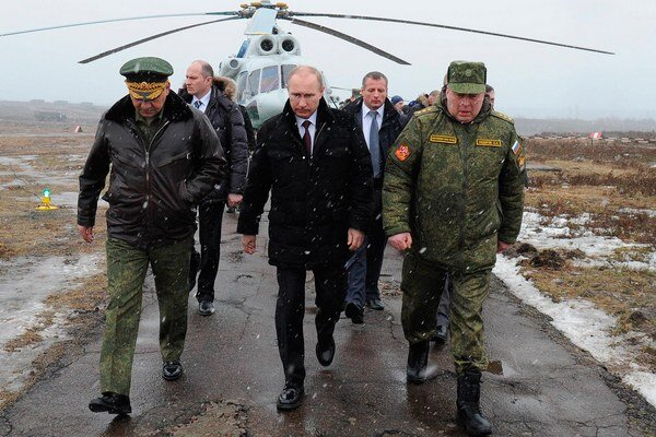 Putin a Šojgu (vľavo) počas vojenského cvičenia pri Petrohrade.