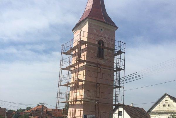 Ošumelú ružovú fasádu na zvonici vŽiari opravujú.