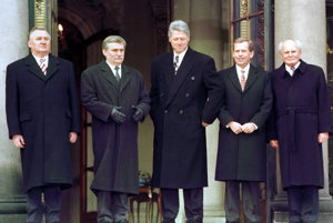 Michal Kováč (vľavo) s prezidentmi Walesom, Clintonom, Havlom a Gönczom.
