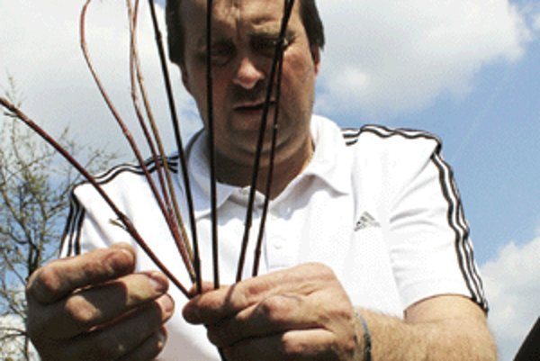Na ozdobnú rúčku na korbáčoch používa Vladimír Chudý päť prútikov.