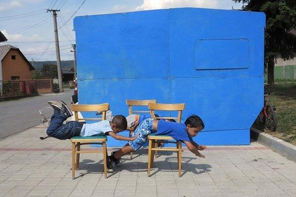 Z jednej strany slúži karavan ako modré plátno. Banská Štiavnica a Petrovany.