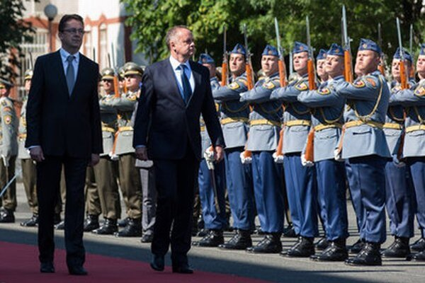 Martin Glváč a Andrej Kiska počas privítania pri príležitosti návštevy prezidenta na ministerstve obrany.