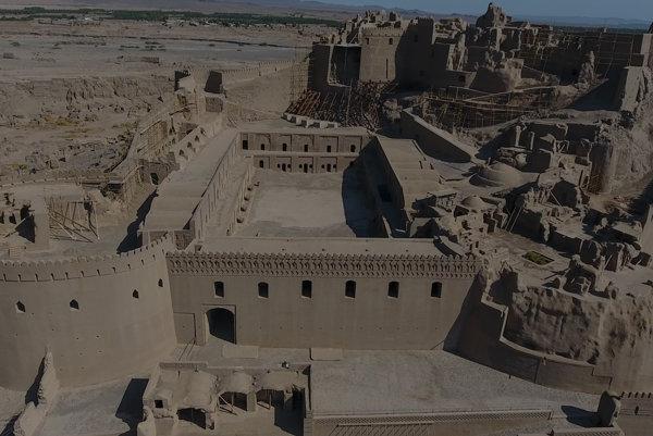 Bam je najväčšia stavba vytvorená z nepálenej hliny. V roku 2003 ho poškodilo zemetrasenie. Od roku 2004 je na zozname svetového dedičstva UNESCO v ohrození.
