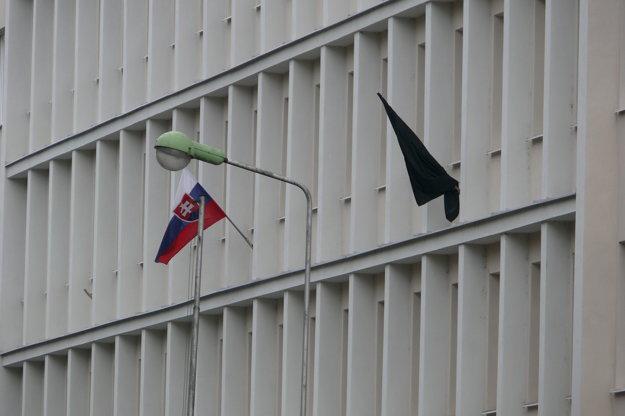 Na obvodnom úrade pribudla čierna zástava.
