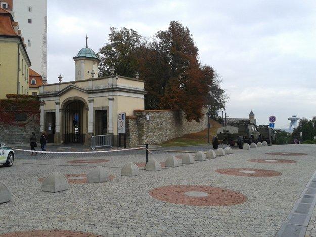Lafeta je zatiaľ mimo areálu hradu.