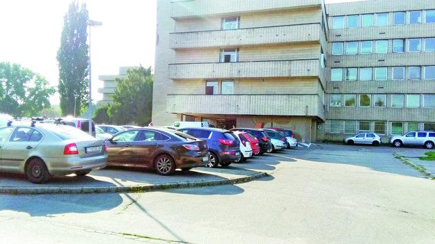 Väčšie parkoviská v areáli sú od rána plné.