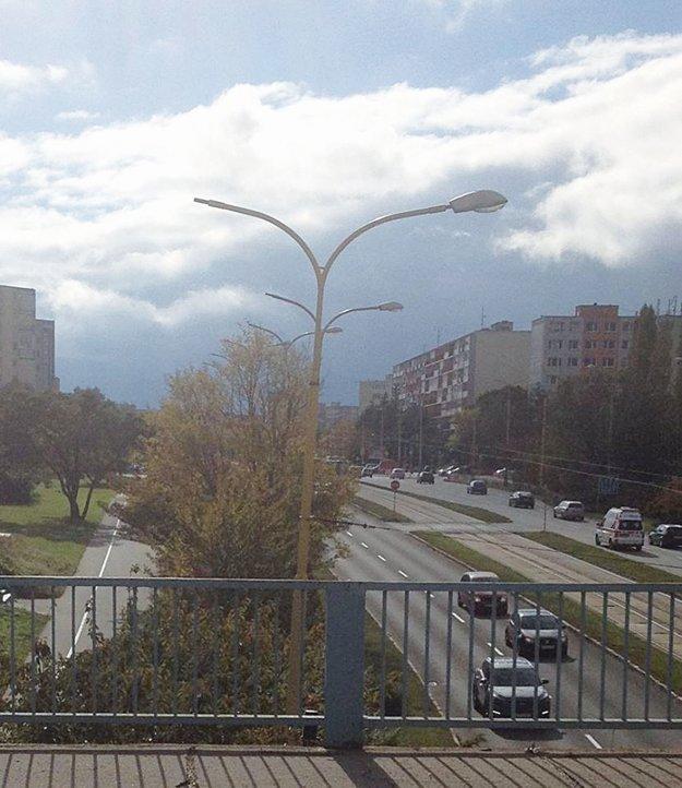 Zeleň medzi chodníkom a komunikáciou v úseku pár desiatok metrov ustúpi odbočovaciemu pruhu