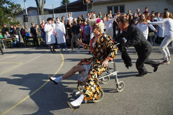 """""""Triednu"""" dokonca posadili na invalidný vozík."""