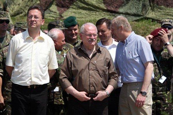 Minister obrany Glváč (vľavo) a prezident Gašparovič (vpravo) na cvičení v Lešti.