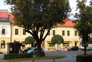 Dom, vktorom bývali šľachtici. Sídlili tu rody Schneider, Gerhardt aMáriássy.