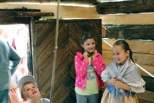 Deti skúšajú zazvoniť v drevenej zvonici vo Vyšehradnom.
