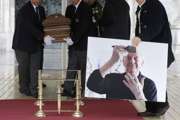 Taliansko sa v sobotu v Miláne rozlúčilo s laureátom Nobelovej ceny za literatúru 1997 Dariom Fom.