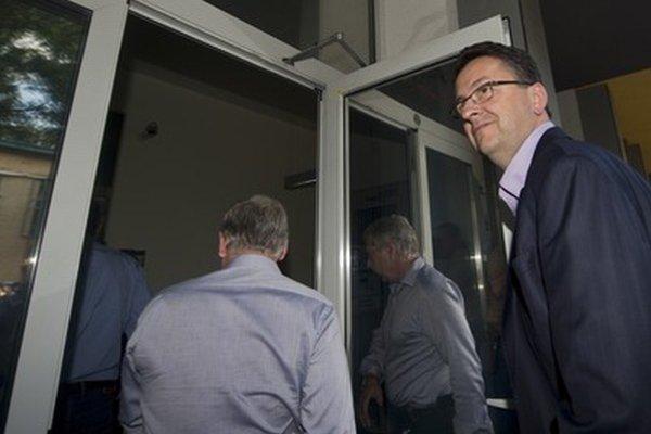 Minister Glváč (vpravo).