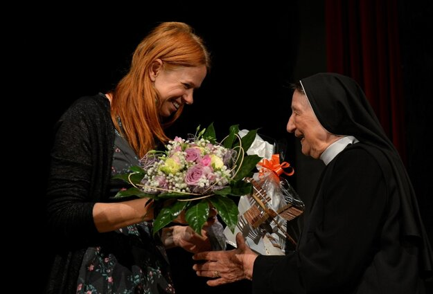 Sestra Sapientia (vpravo)