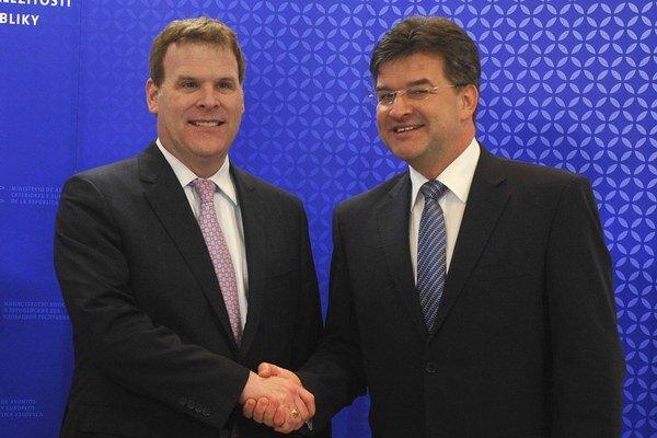Miroslav Lajčák (vpravo) a John Baird počas stretnutia v Bratislave.