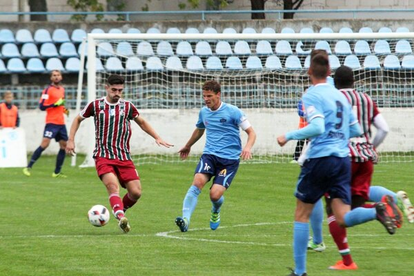 Obrana dirigovaná Milošom Šimončičom (v strede) v sobotu neinkasovala, Nitra porazila Šamorín 3:0.
