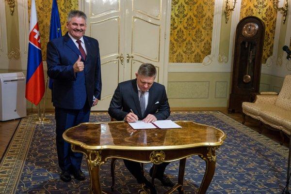 Minister práce Ján Richter (vľavo) a predseda vlády Robert Fico počas slávnostného podpísania nariadenia vlády o výške minimálnej mzdy na rok 2017.