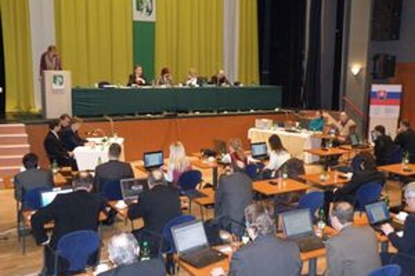 Za hodinu rokovania budú prievidzskí poslanci ďalej dostávať desať eur.