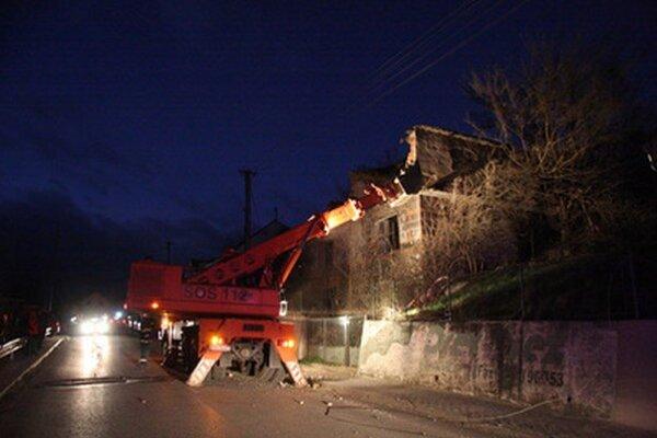 Silný nárazový vietor strhol uvoľnené tehly z opustenej stavby na cestu v Šenkviciach pri Pezinku.