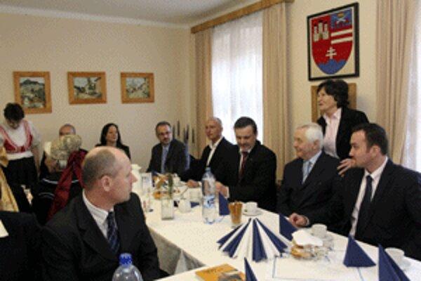 Vicepremiér Rudolf Chmel navštívil spolok karpatských Nemcov v Handlovej.