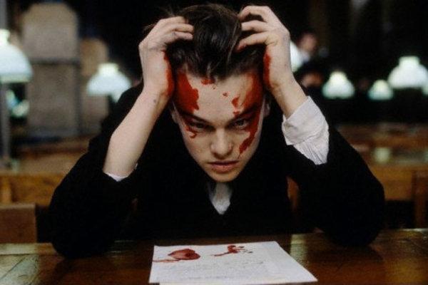 Leonardo DiCaprio ako postrelený básnik Arthur Rimbaud.