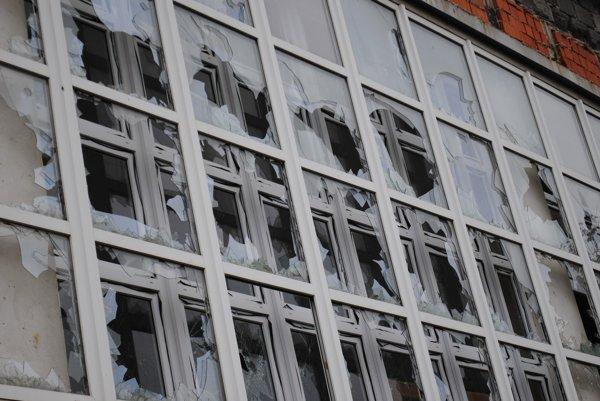 Rozbité okná na chátrajúcej plavárni na bardejovskom sídlisku Vinbarg. (Zdroj: Mario Hudák)