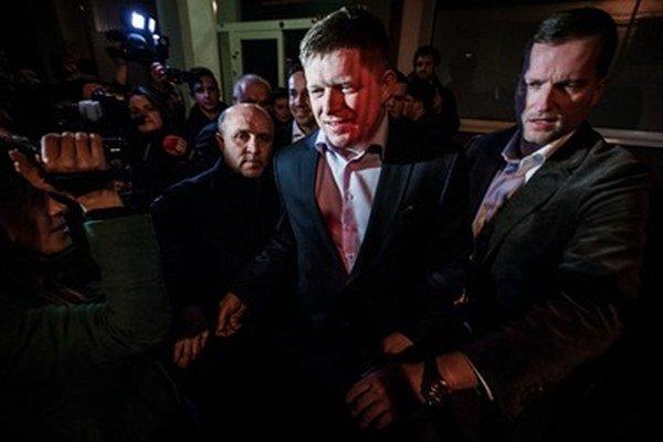 Robert Fico pri odchode zo Súmračnej počas volebnej noci.