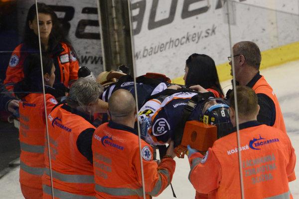 Záchranári takto odnášali zľadu Branislava Pavúka. Zranenie si privodil počas piateho zápasu vlaňajšieho semifinále sBanskou Bystricou.
