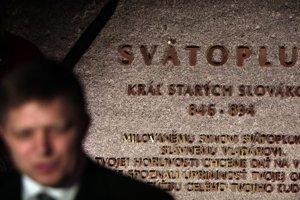 Robert Fico na propagandistickej akcii pred parlamentnými voľbami 2010. Jeho Smer ich napokon prehral, Kulichova socha však na Hrade zostala.