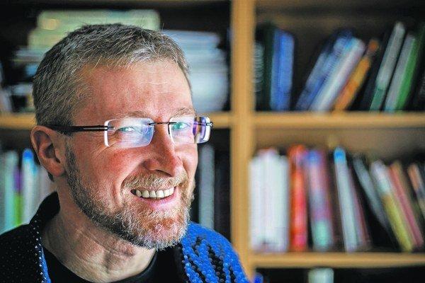 Marek Vácha (1966) je biológ, kňaz a spisovateľ, pôsobí ako prednosta Ústavu lekárskej etiky na Lekárskej fakulte Karlovej univerzity v Prahe, ako duchovný akademickej farnosti pri Kostole najsvätejšieho Salvátora. Okrem toho je farárom v Lechovic