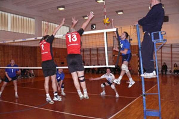 Prievidzskí volejbalisti hrali v Žiline bez striedajúcich hráčov.