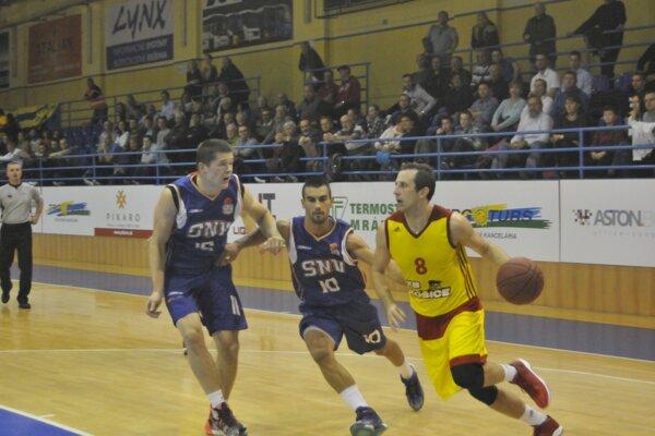Prienik cez obranu hostí. Srb R. Pilčevič (vpravo) ťahal košický tím.