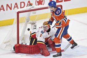 Connor McDavid strieľa gól do siete Calgary.