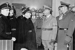 Alexandra Macha (v strede) vítajú na železničnej stanici v Berlíne.