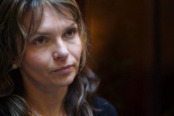 HELENA MEZENSKÁ (41) je od roku 2012 poslankyňou parlamentu za OĽaNO. Vyštudovala náuku o spoločnosti v kombinácii s ruštinou, pracovala ako mediátorka a predsedníčka združenia na ochranu spotrebiteľov. Dnes zbiera podpisy pod prezidentskú kandidatúru.