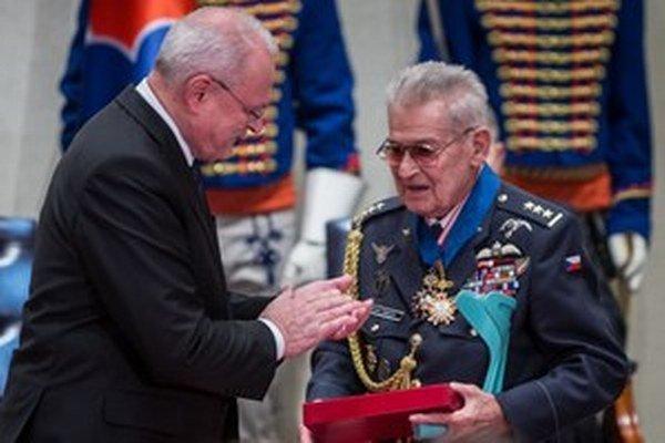 Prezident Ivan Gašparovič udeľuje vyznamenanie Imrichovi Gablechovi.
