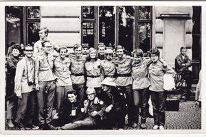 Návrat z brigády v Kazachstane, vyradené uniformy slúžili ako pracovný odev. Jan Palach sedí na zemi prvý zľava. Hubert Bystřičan stojí tretí zľava v prvom rade.