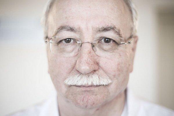 Juraj Šteňo (65) je hlavný odborník pre neurochirurgiu a prednosta Neurochirurgickej kliniky Univerzitnej nemocnice v Bratislave. Študoval medicínu na Lekárskej fakulte v Bratislave a na Burdenkovom neurochirurgickom ústave v Moskve. Bol hosťujúcim